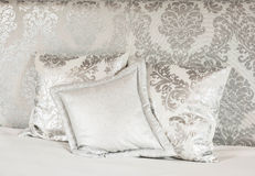 Άσπρο κρεβάτι στο ξενοδοχείο SPA Στοκ Εικόνες
