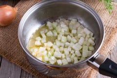 Άσπρο κρεμμύδι λεπτά - που τεμαχίζεται και που χύνεται σε ένα τηγάνι Στοκ φωτογραφία με δικαίωμα ελεύθερης χρήσης