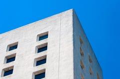 Άσπρο κτήριο ενάντια στο μπλε ουρανό Στοκ εικόνα με δικαίωμα ελεύθερης χρήσης