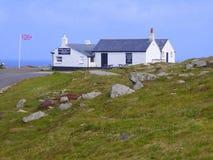 Άσπρο κτήριο και βρετανική σημαία στοκ εικόνες