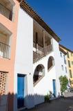 Άσπρο κτήριο με τις μπλε πόρτες Στοκ Φωτογραφίες