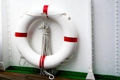 Άσπρο κόκκινο Lifebuoy και άσπρο σκάφος Στοκ Εικόνες