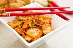 Άσπρο κύπελλο των κορεατικών τροφίμων kimchi με chopsticks Στοκ Φωτογραφίες