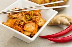 Άσπρο κύπελλο των κορεατικών τροφίμων kimchi με chopsticks Στοκ Εικόνες