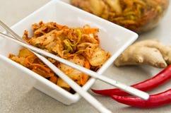 Άσπρο κύπελλο των κορεατικών τροφίμων kimchi με chopsticks Στοκ Φωτογραφία