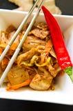 Άσπρο κύπελλο των κορεατικών τροφίμων kimchi με chopsticks Στοκ Εικόνα