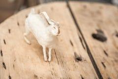 Άσπρο λαγουδάκι στο της υφής ξύλινο υπόβαθρο Έννοια Πάσχας, τρυφερότητα, μοναδικότητα, ομορφιά Διάστημα κινηματογραφήσεων σε πρώτ στοκ εικόνες με δικαίωμα ελεύθερης χρήσης