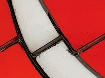 Άσπρο λεκιασμένο γυαλί με το κόκκινο Στοκ φωτογραφία με δικαίωμα ελεύθερης χρήσης