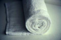 Άσπρο λεπτό μαλακό υπόβαθρο του ομαλού υφάσματος βελούδου γουνών Καθαρό άσπρο κυλημένο πετσέτα γενικό κλωστοϋφαντουργικό προϊόν στοκ φωτογραφία με δικαίωμα ελεύθερης χρήσης