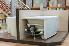 Άσπρο λουτρό στο κατάστημα κτηρίου Λουτρά στο κατάστημα υδραυλικών Υγειονομικό κατάστημα εφαρμοσμένης μηχανικής Άσπρα λουτρά Γωνί Στοκ εικόνα με δικαίωμα ελεύθερης χρήσης