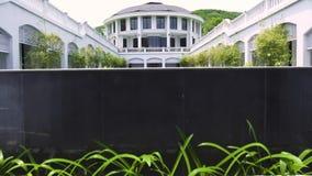 Άσπρο μέγαρο πολυτέλειας αρχιτεκτονικής με τη διακοσμητική λίμνη και  φιλμ μικρού μήκους