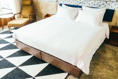 Άσπρο μαξιλάρι στο κρεβάτι Στοκ φωτογραφία με δικαίωμα ελεύθερης χρήσης