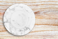 Άσπρο μαρμάρινο πιάτο που τοποθετείται στο ξύλο Στοκ φωτογραφία με δικαίωμα ελεύθερης χρήσης