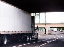 Άσπρο μεγάλο ημι φορτηγό εγκαταστάσεων γεώτρησης με το αμάξι και ξηρό van trailer ημέρας runnin Στοκ Φωτογραφίες