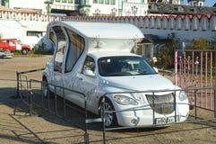 Άσπρο μηχανή-λεωφορείο για τα newlyweds Στοκ Εικόνα