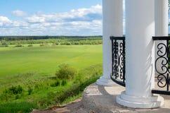 Άσπρο μνημείο με τις στήλες στοκ φωτογραφίες