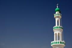 Άσπρο μουσουλμανικό τέμενος με το μιναρές ενάντια στο μπλε ουρανό Στοκ Εικόνες