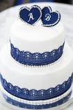 Άσπρο μπλε γαμήλιο κέικ με τις καρδιές με τις επιστολές στοκ εικόνες με δικαίωμα ελεύθερης χρήσης