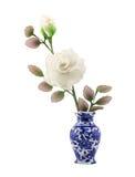 Άσπρο νάυλον λουλούδι υφάσματος στο μπλε κεραμικό βάζο Στοκ Φωτογραφία