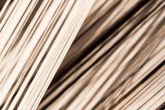 Άσπρο νήμα μεταξιού στη ράβοντας ή υφαίνοντας μηχανή, σύσταση, backgroun Στοκ φωτογραφία με δικαίωμα ελεύθερης χρήσης