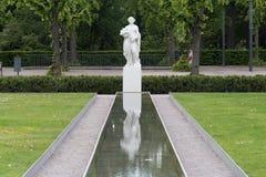 άσπρο να αντανακλάσει αγαλμάτων στοκ φωτογραφία με δικαίωμα ελεύθερης χρήσης