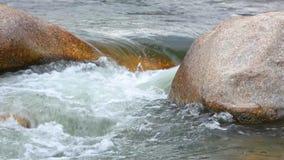 Άσπρο νερό ποταμών βουνών γλυκού νερού hd απόθεμα βίντεο