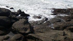 Άσπρο νερό στους βράχους Στοκ Φωτογραφίες