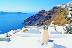 Άσπρο νησί Ελλάδα Santorini πεζουλιών στεγών παράβλεψης Στοκ φωτογραφία με δικαίωμα ελεύθερης χρήσης