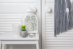 Άσπρο ντεκόρ κρεβατοκάμαρων Στοκ εικόνες με δικαίωμα ελεύθερης χρήσης