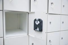 Άσπρο ντουλάπι ντουλαπιών πόρτα ανοικτή το ίζημα κιβωτίων ανασκόπησης απομόνωσε το ασφαλές λευκό Στοκ εικόνες με δικαίωμα ελεύθερης χρήσης
