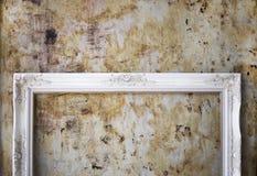 Άσπρο ξύλινο εκλεκτής ποιότητας ύφος πλαισίων φωτογραφιών με τη ζωγραφική του τοίχου Στοκ Εικόνες