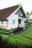 Άσπρο ξύλινο σπίτι στοκ εικόνα με δικαίωμα ελεύθερης χρήσης