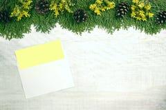 Άσπρο ξύλινο υπόβαθρο Χριστουγέννων Το πλαίσιο είναι διακοσμημένο με το ε Στοκ Φωτογραφία