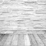 Άσπρο ξύλινο πάτωμα με το μαρμάρινο τοίχο πετρών Στοκ εικόνα με δικαίωμα ελεύθερης χρήσης