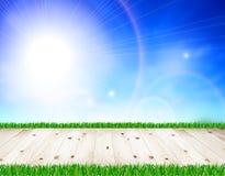 Άσπρο ξύλινο πάτωμα, πράσινη χλόη, μπλε ουρανός Στοκ φωτογραφία με δικαίωμα ελεύθερης χρήσης