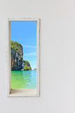 Άσπρο ξύλινο παράθυρο τοίχων με την άποψη παραλιών θάλασσας Στοκ Εικόνες