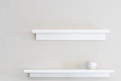 Άσπρο ξύλινο ράφι τοίχων στοκ φωτογραφία με δικαίωμα ελεύθερης χρήσης