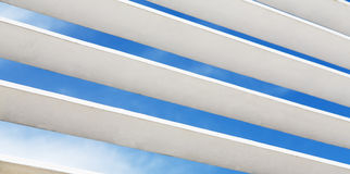 Άσπρο ξύλινο louver τεμάχιο παραθύρων με το ορατό εξωτερικό ουρανού στοκ φωτογραφίες