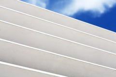 Άσπρο ξύλινο louver τεμάχιο παραθύρων με το ορατό εξωτερικό ουρανού Στοκ Εικόνες