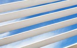 Άσπρο ξύλινο louver τεμάχιο παραθύρων με το ορατό εξωτερικό ουρανού στοκ εικόνες με δικαίωμα ελεύθερης χρήσης