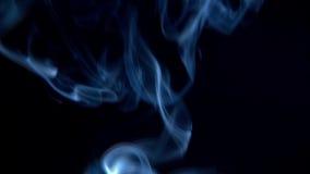 Άσπρο λοφίο του καπνού που αυξάνεται στο μαύρο υπόβαθρο απόθεμα βίντεο