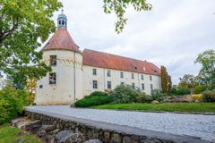 Άσπρο, παλαιό κάστρο Παλαιό αντικείμενο πολιτισμού στη Λετονία Στοκ φωτογραφίες με δικαίωμα ελεύθερης χρήσης