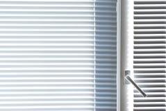 άσπρο παράθυρο γριλληών π&alph Στοκ εικόνες με δικαίωμα ελεύθερης χρήσης