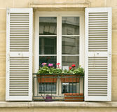 Άσπρο παράθυρο με τα παραθυρόφυλλα των παλαιών κτηρίων σε Montmartre, Παρίσι Στοκ φωτογραφίες με δικαίωμα ελεύθερης χρήσης