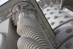 Άσπρο παλάτι προσόψεων στηλών πετρών αρχιτεκτονικής λεπτομέρειας στοκ εικόνες