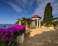 Άσπρο περίπτερο στο διάσημο βοτανικό κήπο Blanes, Καταλωνία, στοκ φωτογραφίες με δικαίωμα ελεύθερης χρήσης