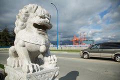 Άσπρο πετρών λιονταριών υπόβαθρο πόλεων γλυπτών αστικό Στοκ Εικόνα