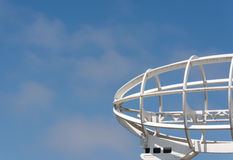Άσπρο πηδαλιουχούμενο εύκαμπτο αερόστατο ανεμοδεικτών μετάλλων Στοκ Εικόνα