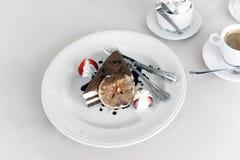 Άσπρο πιάτο κέικ Στοκ Φωτογραφίες