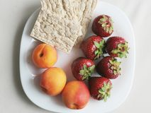 Άσπρο πιάτο με τα φρούτα στοκ φωτογραφίες με δικαίωμα ελεύθερης χρήσης